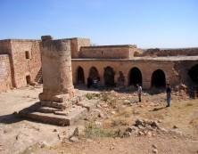Überreste des Klosters Lazoor mit der bekannten Säule in der Mitte