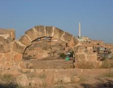Steinbogen aus vorchristlicher Zeit neben Kloster Mor Yakub in Salah